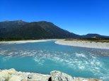 Nous approchons car nous découvrons la couleur bien spécifique de l'eau des glaciers.