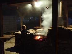 Simon aux commandes du barbecue.