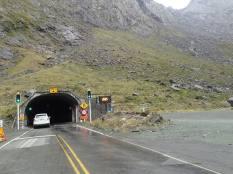 Par ce tunnel à une voie taillé ds la roche et suintant long de 1270 m et crée en 1954.