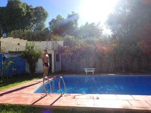Notre petit hotel et sa piscine. Bon ok je rentre mon ventre!!!! Snif!!!