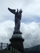 Surmonté d'une énorme statue de La Virgen de Quito. Seule vierge au monde à avoir des ailes!!!
