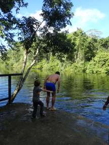 Avec l'aide de Simon baignade ds la rivière avec piranhas, anacondas et crocodiles!!!