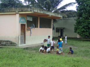Les enfants jouent.