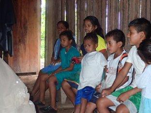 Les enfants du village viennent nous rendre visite.
