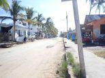 La rue centrale de Puerto Villamil, le seul village de l'île.