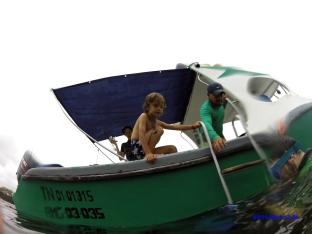 Aller on remonte sur le bateau pour une balade à travers les roches volcaniques.