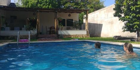 Et nous voici arrivés ds notre superbe petite maison et sa trop cool piscine sans moustiques.