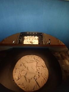L'immense pierre ronde des sacrifices et la pierre derrière de la déesse Coyolxauhqui.