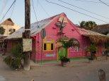 Ses maisons en bois colorées.