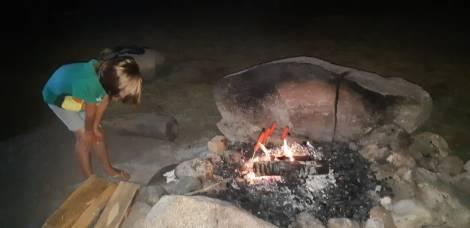 Replantage de tente et barbecue. Saucisses et chamallows sont au programme.
