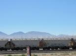Des centaines d'éoliennes plantées en plein désert.