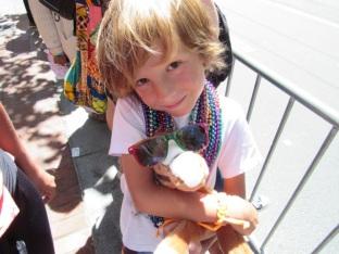 Quel cadeau pour Simon, lui le fan de doudous.