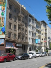 Ses escaliers métalliques sur les façades.