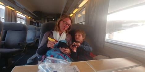 Dernière ligne droite en train jusqu'à Rouen après 24H00 de voyage. Bisous on vous aime.